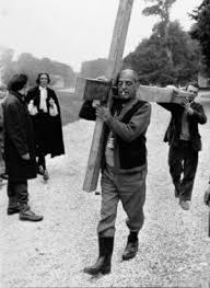 Buñuel cargando con la cruz